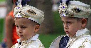 ISTANBUL, TURKEY - JUN 15, 2008: Two boys dressed as Turkish sultans in the park of Topkapi palace, the primary royal residence of the Ottoman sultans for approximately 400 years